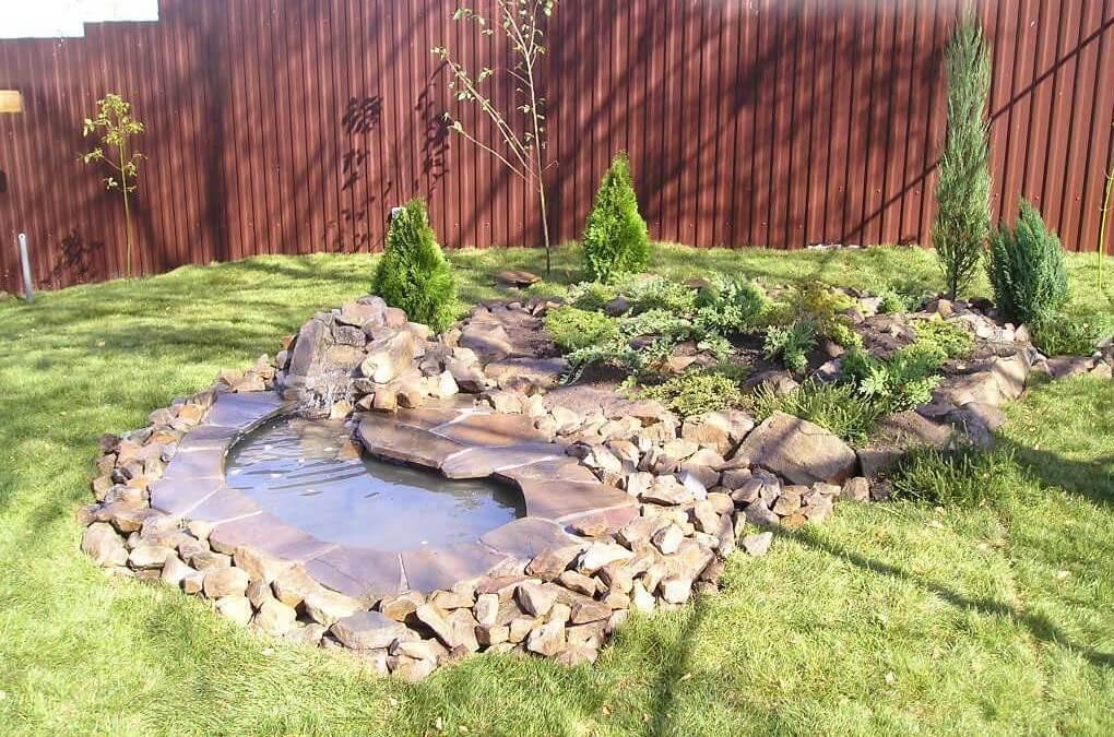 Пруд с водопадом в саду
