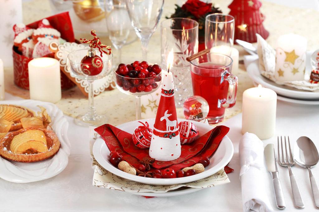 Новогодний стол - декор в красно белом цвете