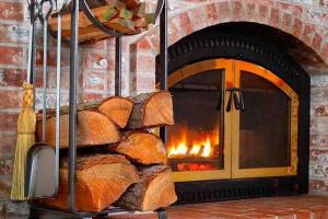 Идеи хранения дров у камина