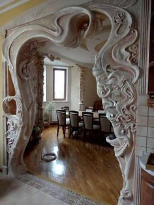 Барельеф в арке интерьера