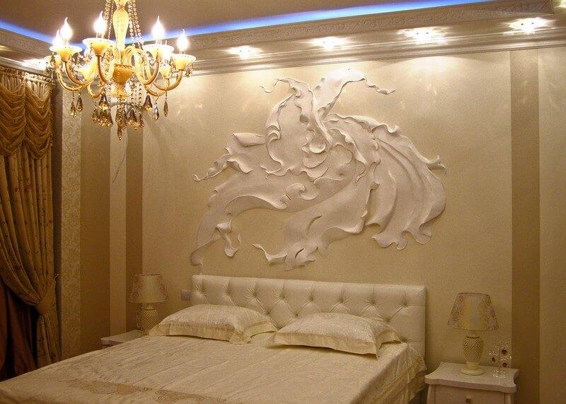 Барельеф в интерьере спальни