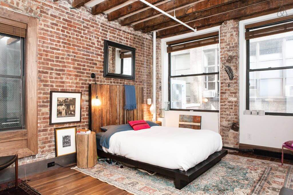 Кирпичная стена в спальне