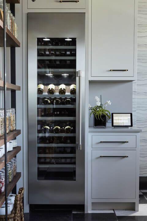 Встроенный винный шкаф