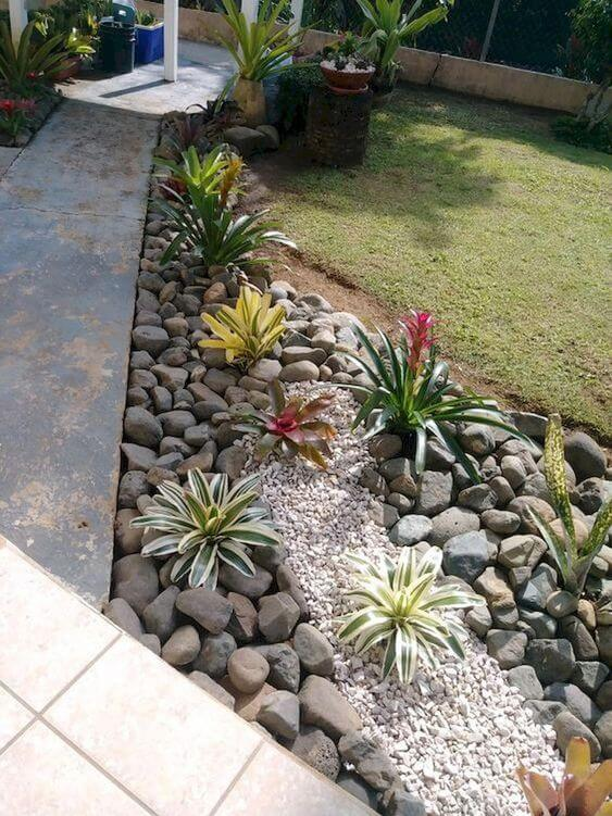 Декор клумбы камнями