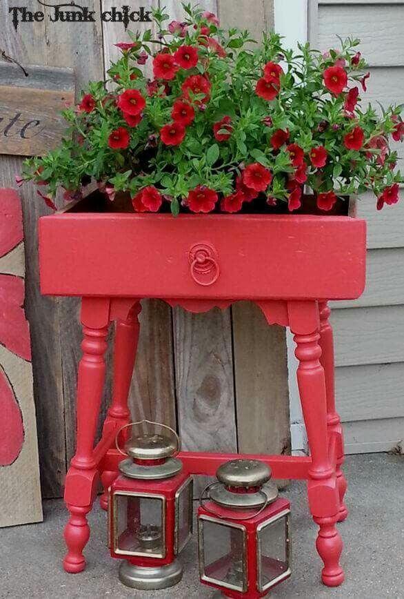 Декор в саду из старых ящиков