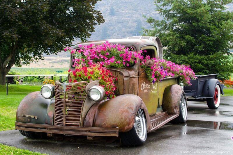 Клумба из старой машины