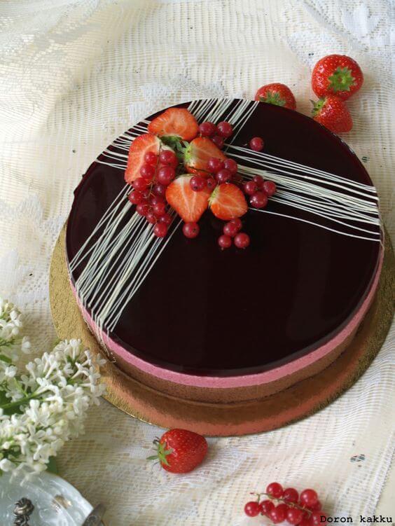 Как украсить торт ягодами