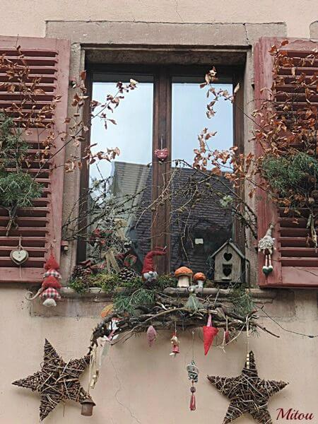 Новогодний декор окна: идеи вместо цветочного ящика