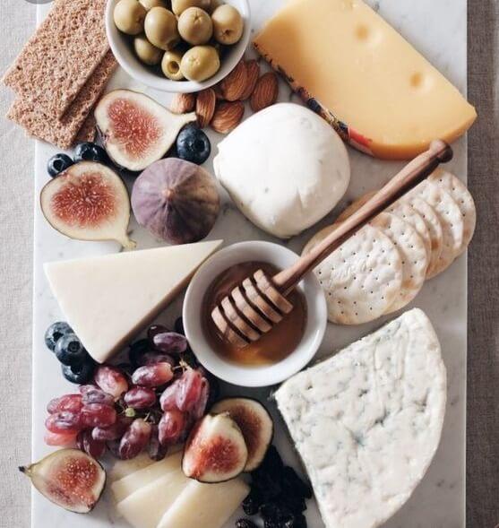 Сырная тарелка на доске