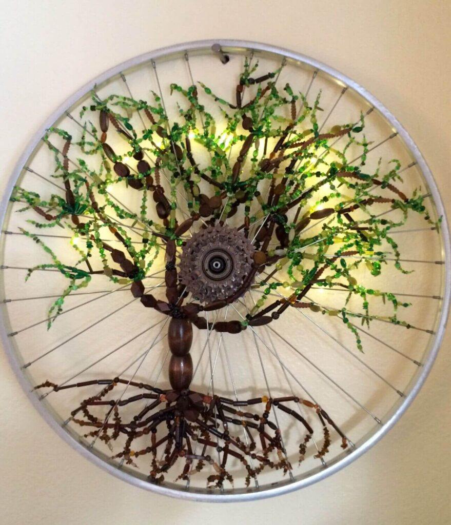 Старое велосипедное колесо в декоре
