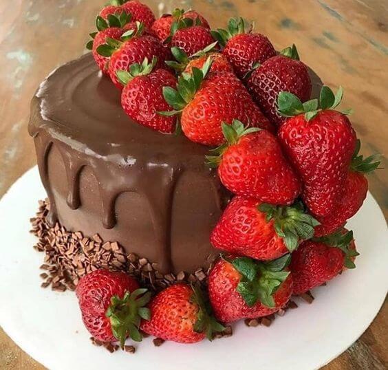 Как украсить торт с клубникой