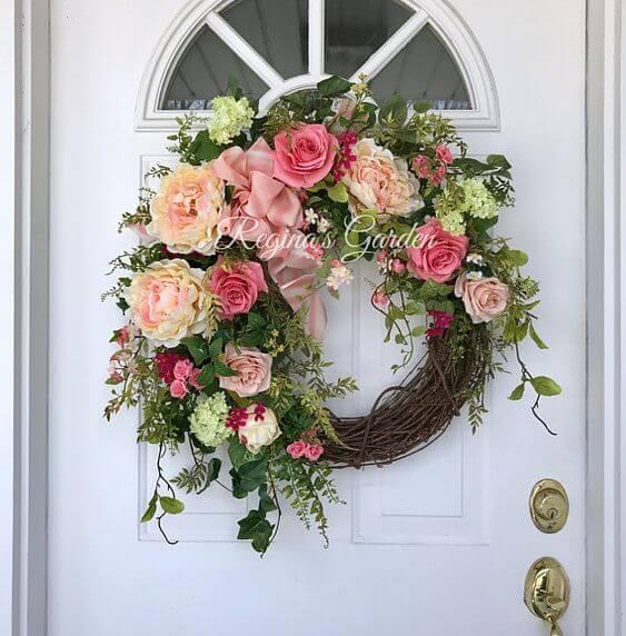 Декоративный венок на дверь с розами и пионами